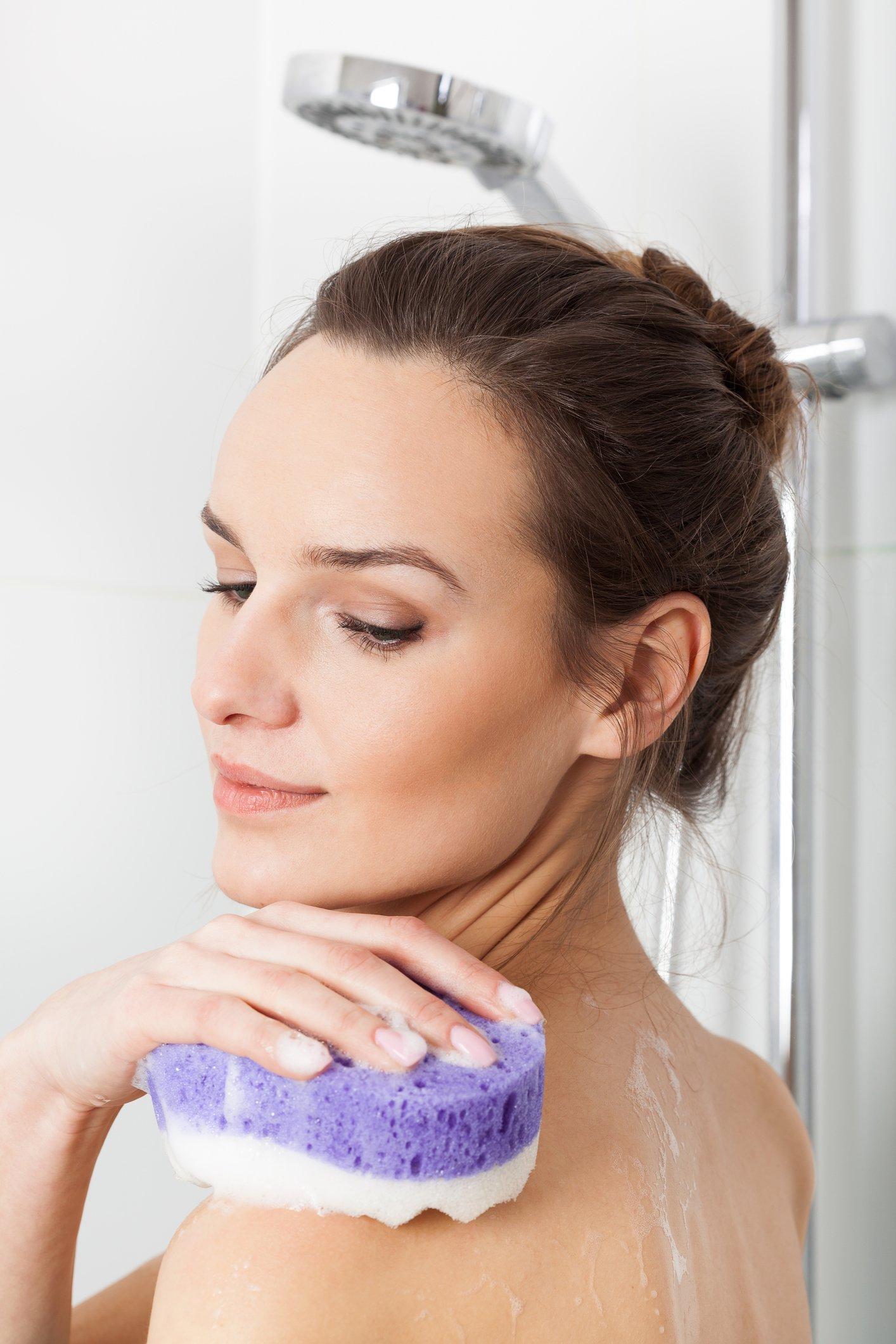 Frau beim Duschen
