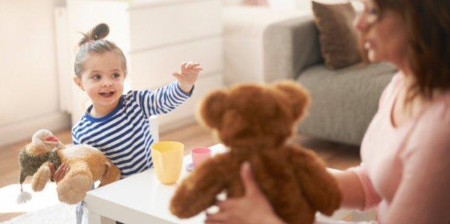 Rollensoiele: Mädchen spielt mit seiner Mutter mit Kuscheltieren