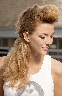 Lange blonde Haare zum Zopf frisiert