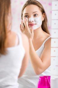 Akne im Gesicht Pflege