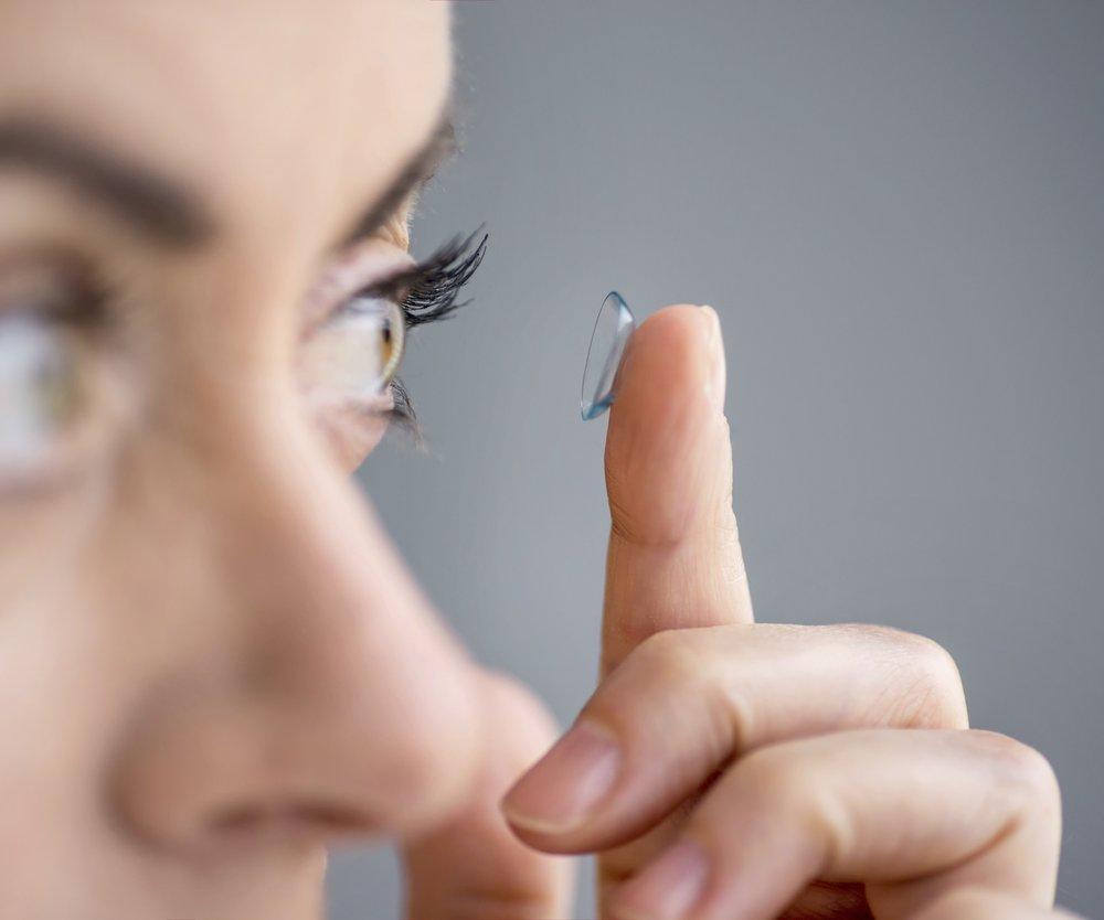 Frau setzt Kontaktlinsen ein