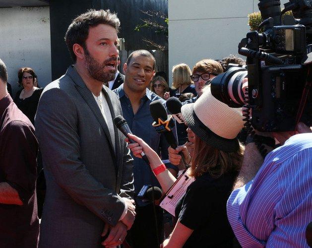 Ben Affleck gibt Interviews auf dem roten Teppich