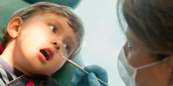 Wer seine Milchzähne nicht pflegt, kann auch später Schwierigkeiten mit den Zähnen bekommen.