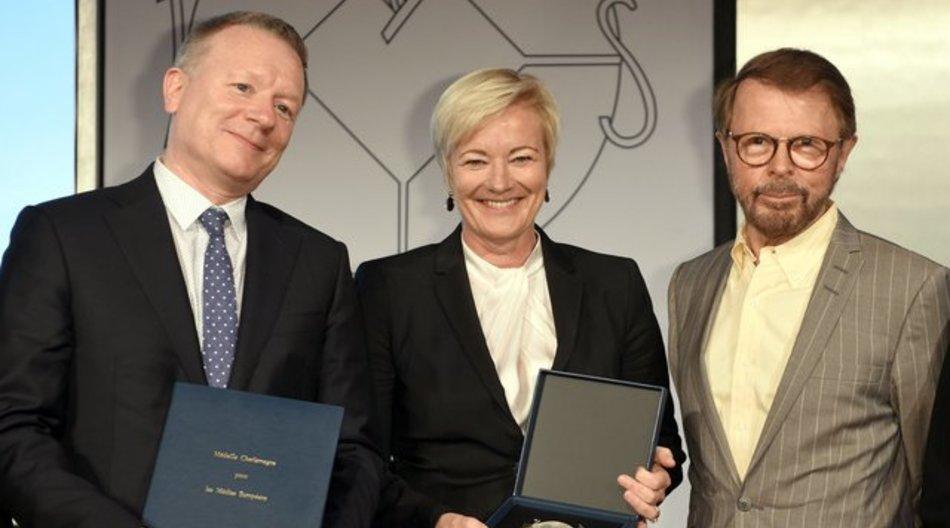 Der Supervisor der European Broadcasting Union, Jan-Ola-Sand, die Generaldirektorin der European Broadcasting Union, Ingrid Deltenre, und der Musiker Björn Ulvaeus (l-r) posieren in Aachen.