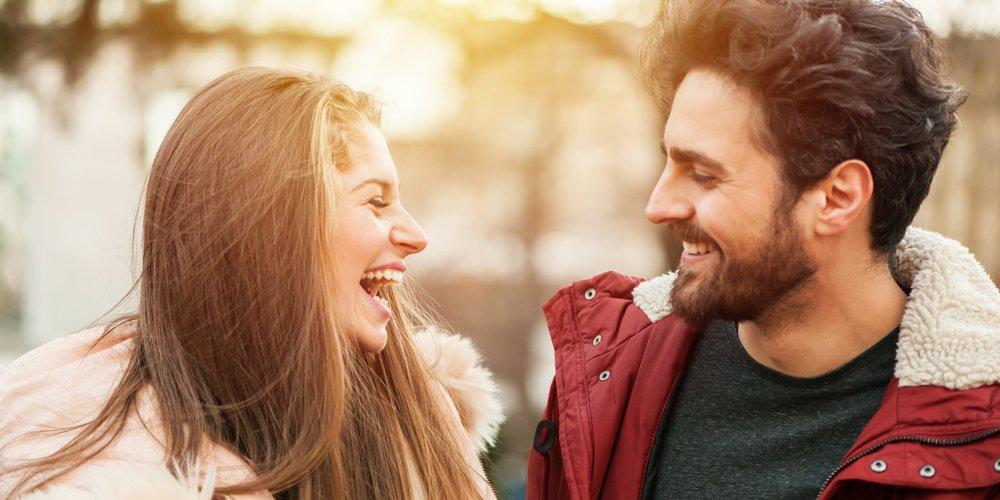 Flirten kann nach einem gewissen Rezept funktionieren. Wir verraten dir die Zutaten (Flirt-Tricks), mit denen du ihn garantiert um den Finger wickelst!