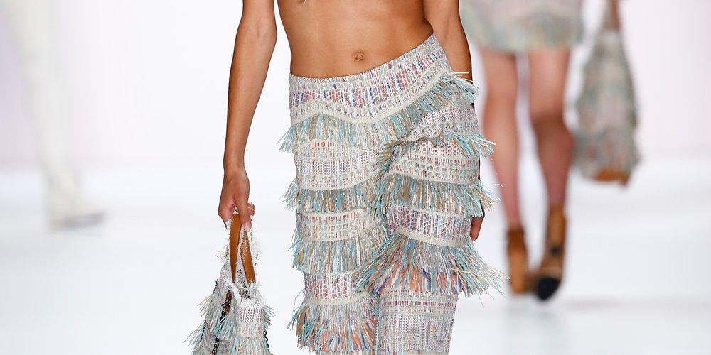 Model Rebecca Mir zeigt auf dem Laufsteg von Riani, wie Fransen jetzt zu tragen sind (Getty Images for Riani/Peter Michael Dills)