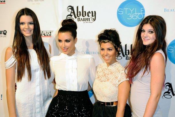 Kim Kardashian mit ihren Halbschwestern.