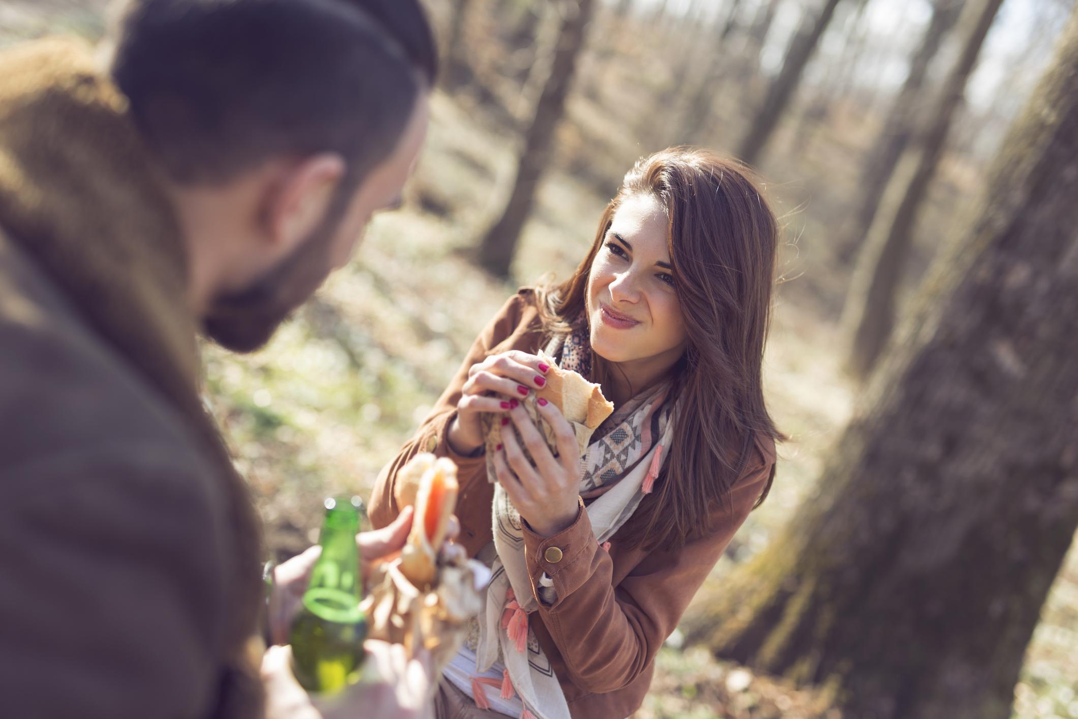 Flirtsignale mann richtig deuten