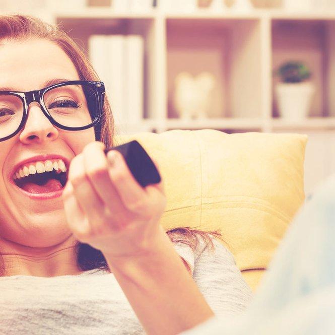 Frau lachend Sofa